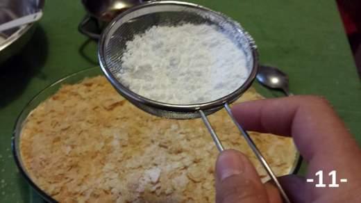 Spolverizzare la sfoglia con lo zucchero a velo