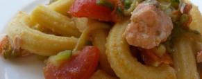 Maccheroncini rigati con zucchine fiorite, salmone e pomodorini