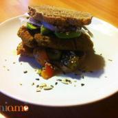 Burger di ceci con avocado e peperoni arrostiti