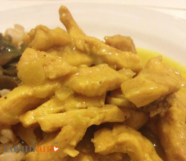 Pollo al curry con panna di cocco