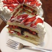 Torta golosa con panna e fragole