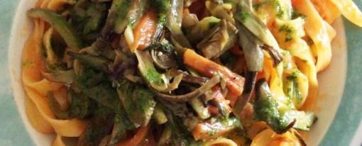 Tagliatelle di mais con spadellata di verdure, condita con olio al basilico
