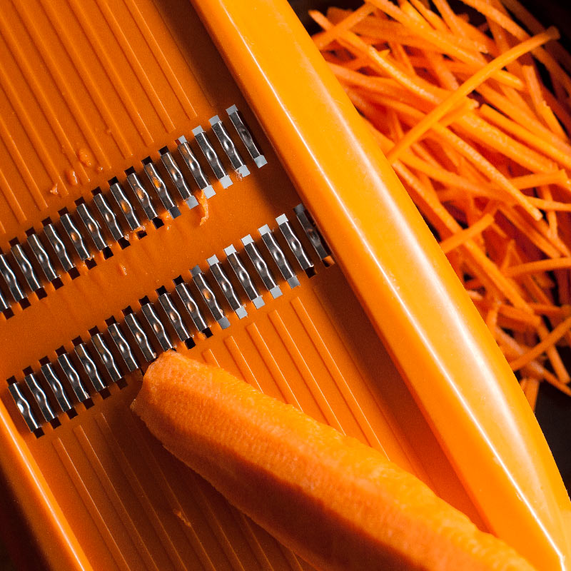 rallador fino con zanahoria rallada