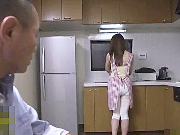 ◆近親相姦|人妻NTR・篠田あゆみ◆『。。たまんねぇ~♪』息子嫁の浮気を知った義父!?キッチンに立つ後ろ姿にムラムラです