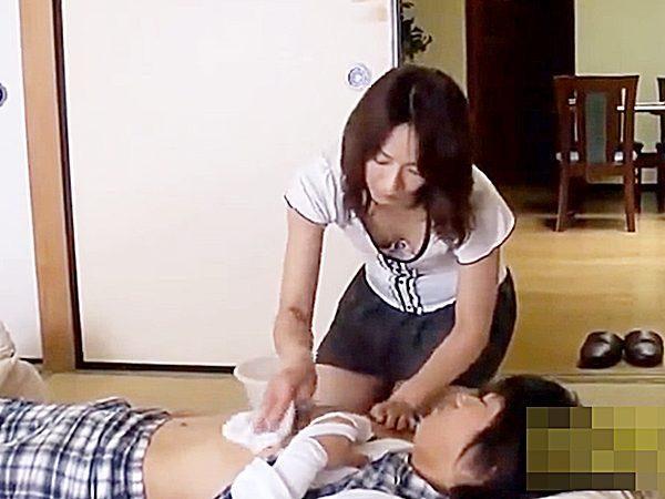 ◇母子相姦|オナサポ◇ケガをして動けない息子の身体を拭いてやる美熟女ママですが。。下半身のムラムラまで面倒みちゃいますョ
