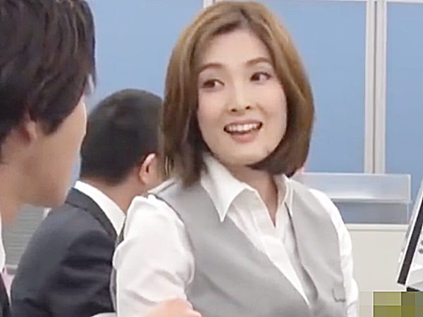 ◇人妻NTR・オフィス 先輩OL・本庄優花◇『じゃぁ、1時間だけョ!』後輩男性社員の残業を手伝うコトになる美人奥様ですが