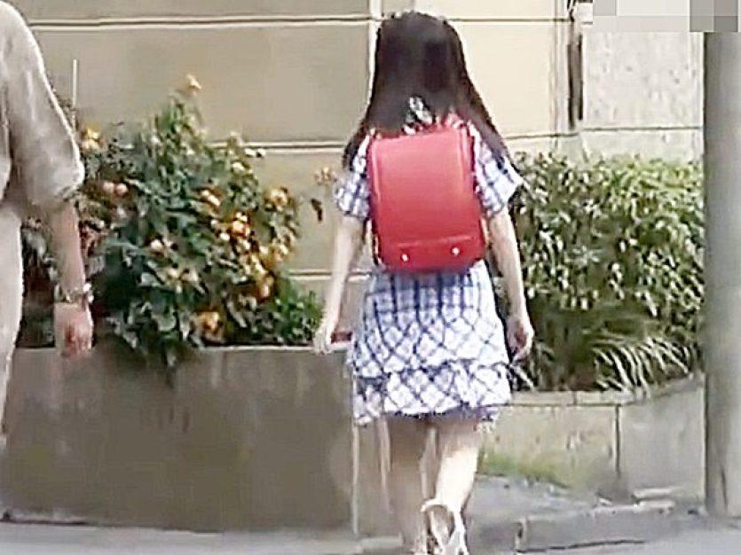 ☆いたずら・ヤバイやつ ハメ撮り☆赤いランドセル背負った可愛いワンピース少女をストーキング撮影する変態男!?声かけ開始や