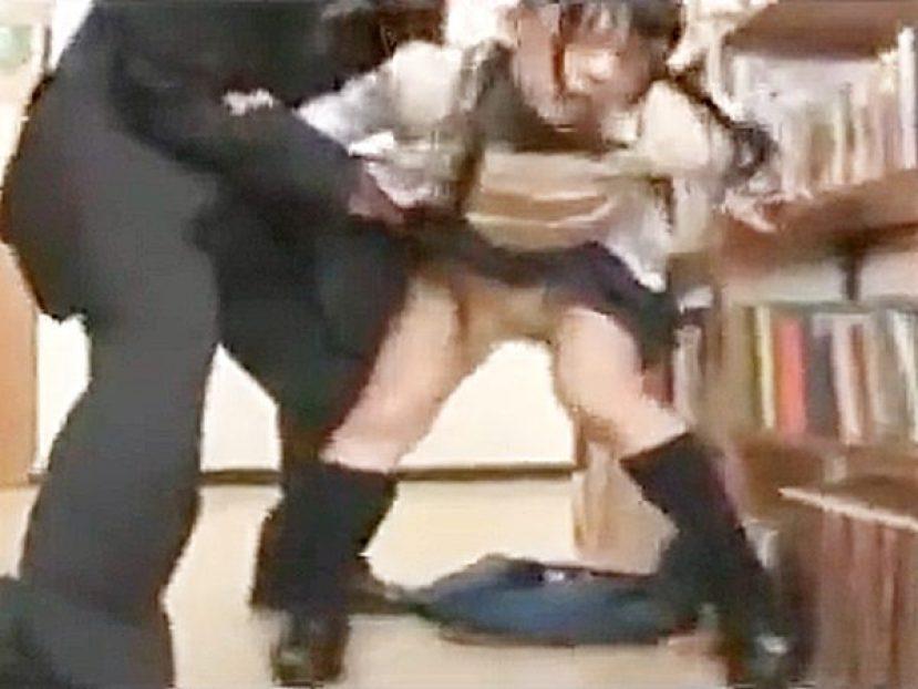 ★図書館・痴漢|コスプレ・制服JK娘★『んんっ、、ンふッ..♡』色白メガネ地味少女がエロおじさんに腰ガクガクにされてます