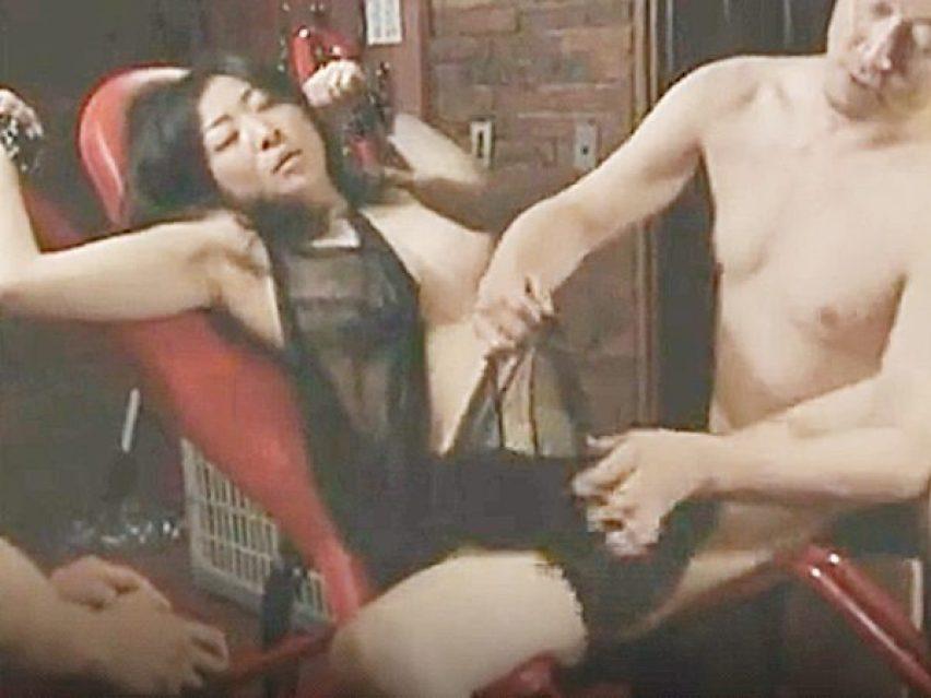 ★寝取らせ・エロドラマ|ロマンボルノ・FAプロ★手足を拘束され全裸にされる色白スレンダー美熟女。。他人棒で輪姦されます