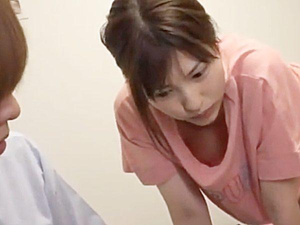 ◆ハプニング◆『ん~ん、どうしようかな..』先輩女子社員が自宅で、すっぴんノーブラでくつろぐ姿にムラムラな後輩男子ですが