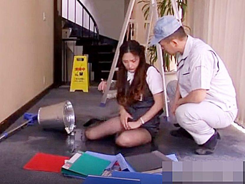 ◆人妻NTR・エロドラマ 深田梨菜◆『大丈夫かい?』掃除のバケツを引っかけてパンティまで、びしょ濡れのOL奥様ですが..