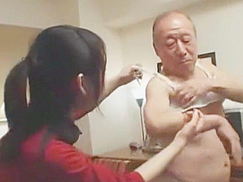 ◆ハプニング・祖父・孫娘|ラッキースケベ・老人◆『ナニやってんの、おじいちゃん!?』女性下着を身につけるエロ爺ですが..