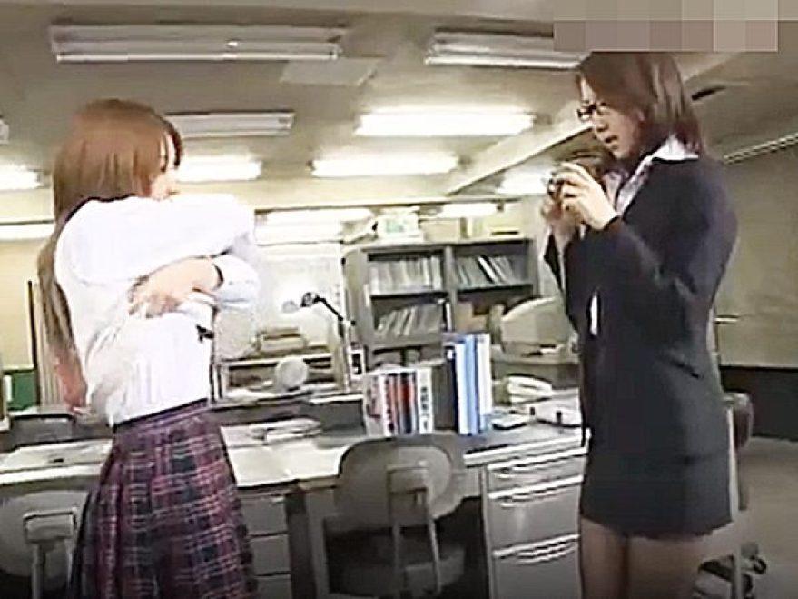 ◇エロドラマ・レズビアン|学校・女教師◇『もっと、撮りたいでしょ..♡』転校生の可愛い女子生徒に挑発されるレズ先生です