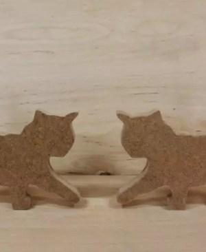 Mały drewniany kotek z łapką w górze