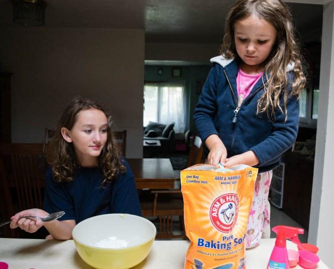 keeping kids busy during winter break - baking soda and vinegar fun