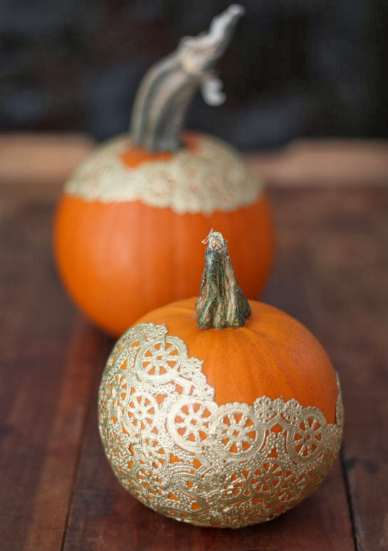 fall pumpkin decor: doily pumpkins