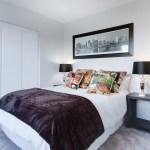Do jakiej sypialni pasuje duża, drewniana szafa?