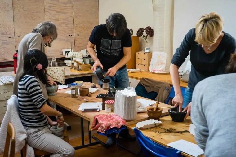 Atelier de fabrication d'encens. Cueilleurs Sauvages.