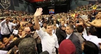 Rafael Correa meets Ecuadorians in Genoa, Italy in 2012.