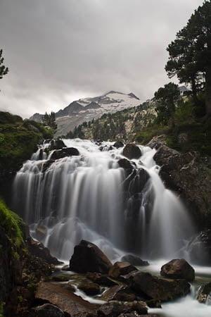 Cascada de Aigualluts con Aneto al fondo