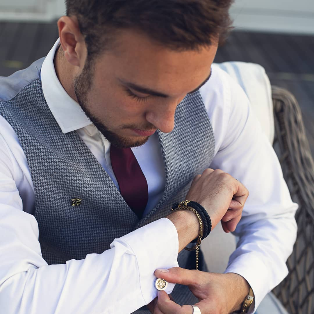 How To Wear Cufflinks In Some Easy Steps