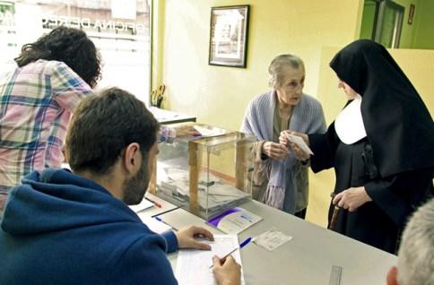 En la imagen aparece una monja pero no es una cuestión de religiosas. En mi caso, los ancianos venían acompañados por hijos, nieto o sus propios cónyuges.