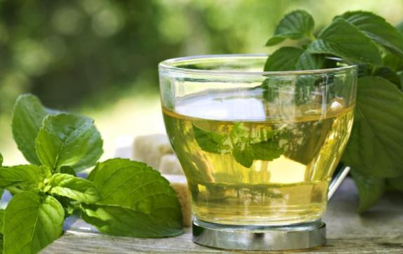 El té verde adelgaza y es beneficioso para la salud.