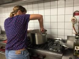 A Méribel, faire des spaghettis pour 20 personnes c'est du sport
