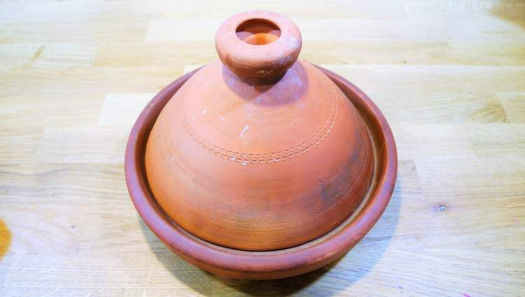 Plat tajine traditionnel en terre cuite