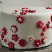 Gâteau en pâte à sucre, thème fleurs