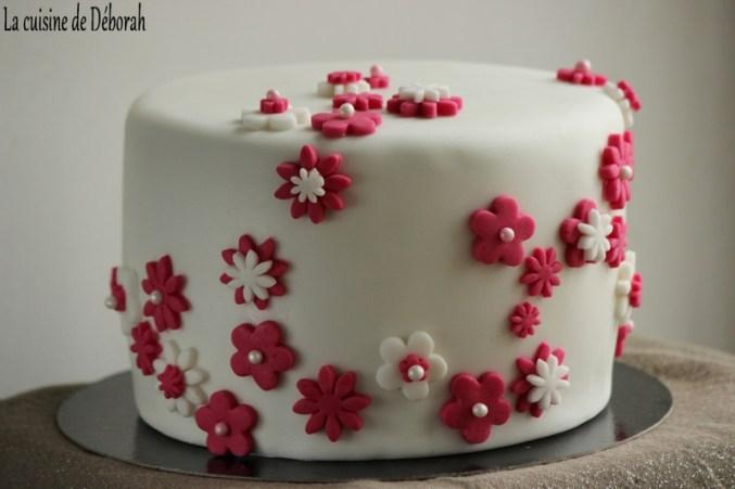 Gâteau en pâte à sucre, thème fleurs - Gâteau d'anniversaire - La cuisine de Déborah-