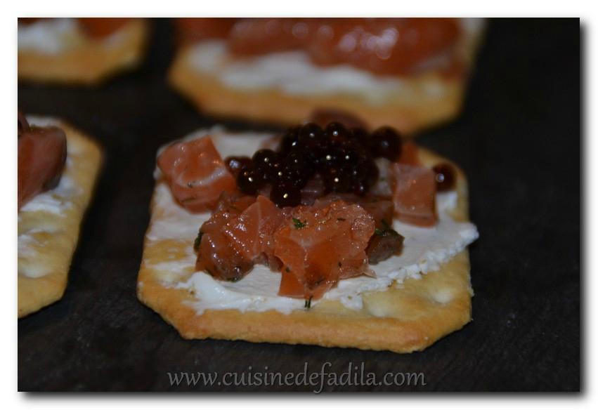 biscuits apéritifs au saumon et caviar de vinaigre de tomate