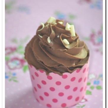 Cupcakes au chocolat et ganache montée au chocolat au lait