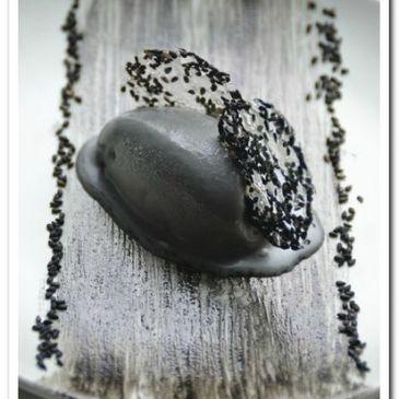 Glace à la pâte de sésame noir et opaline au sésame noir