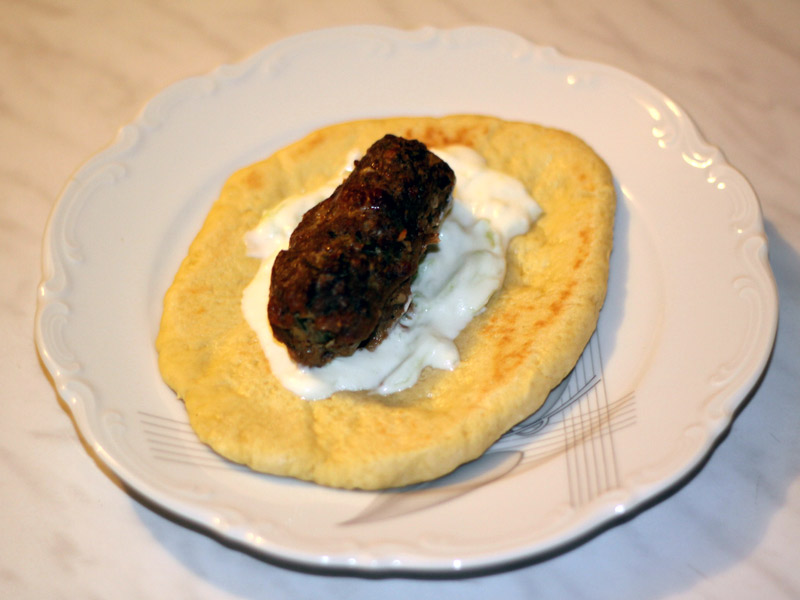 pain pita avec tzatziki et biftecki