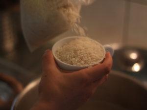 versez une coupe de riz par personne dans le bouillon de poule