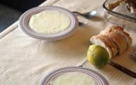 La soupe servie dans l'assiette et la poule dans un plat prêt à etre mangé