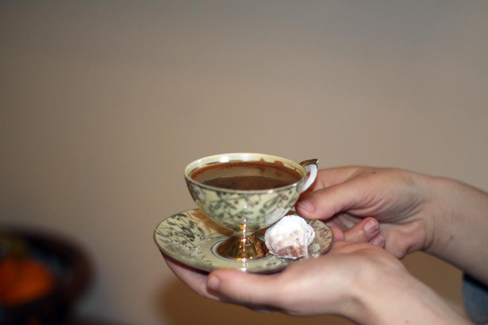 Cafe grec dans une tasse decoree.