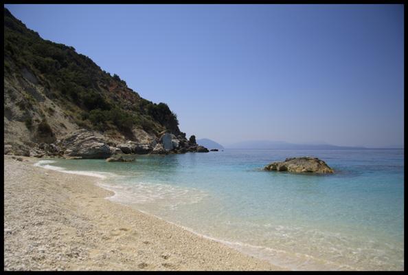 Plage de galets blancs dans l'ile grecque de Lefkada