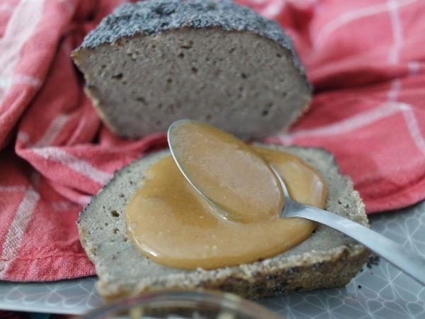 Tranche de pain sans gluten au Vitaliseur avec une tartine de pâte à tartiner maison.