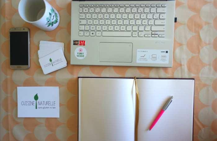 Bureau ordinateur téléphone cahier et stylo pour travailler