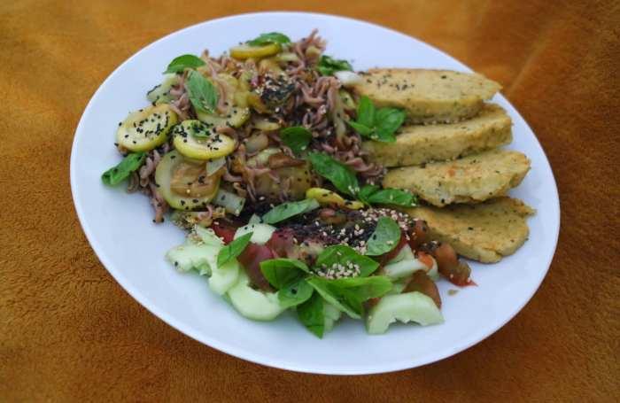 Assiette provençale avec légumes d'été et panisse