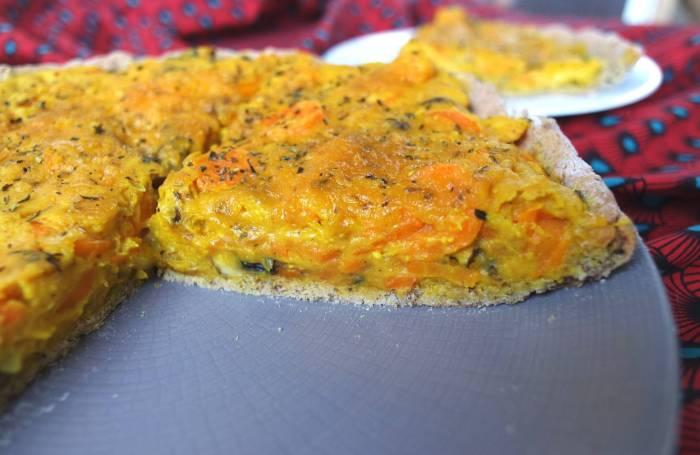quiche vegan sans gluten sans lait sans œuf sans lait aux légumes carottes, champignons et oignon
