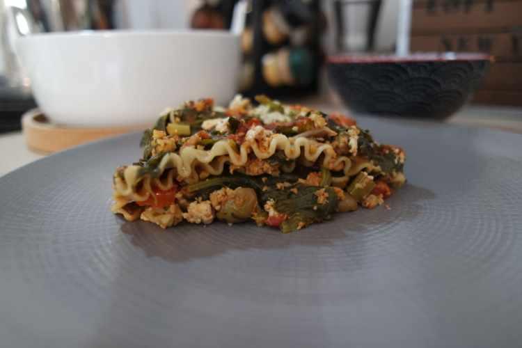 Lasagne végétales dans une assiette grise