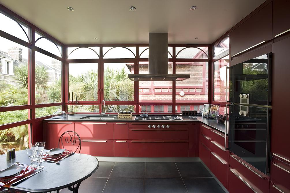 grande cuisine rouge avec verrière