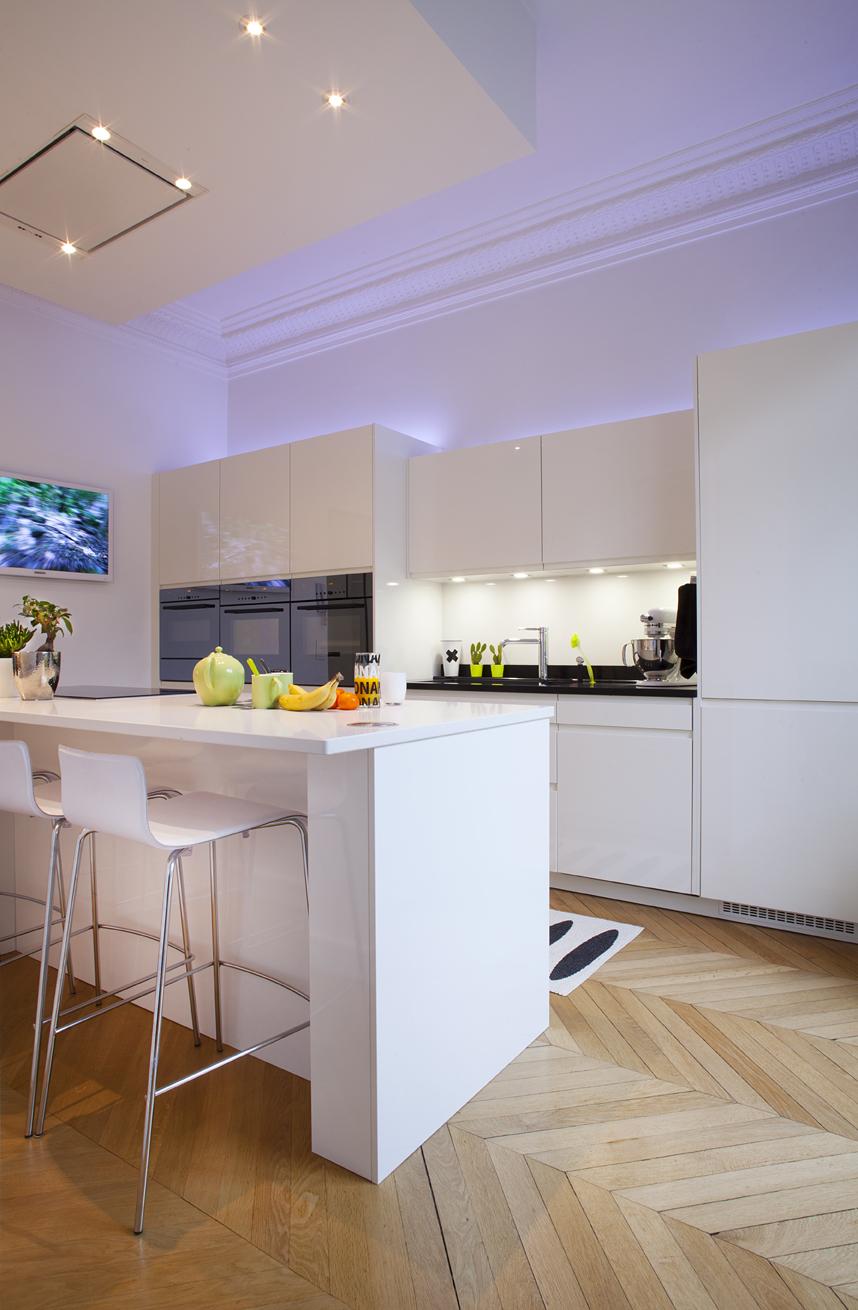 cuisine blanche et s ductrice cuisines et bains. Black Bedroom Furniture Sets. Home Design Ideas