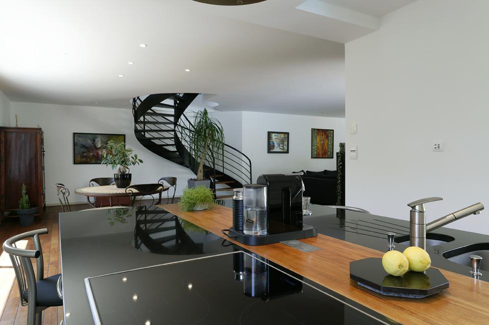 et au milieu coule une rivi re de teck cuisines et bains. Black Bedroom Furniture Sets. Home Design Ideas