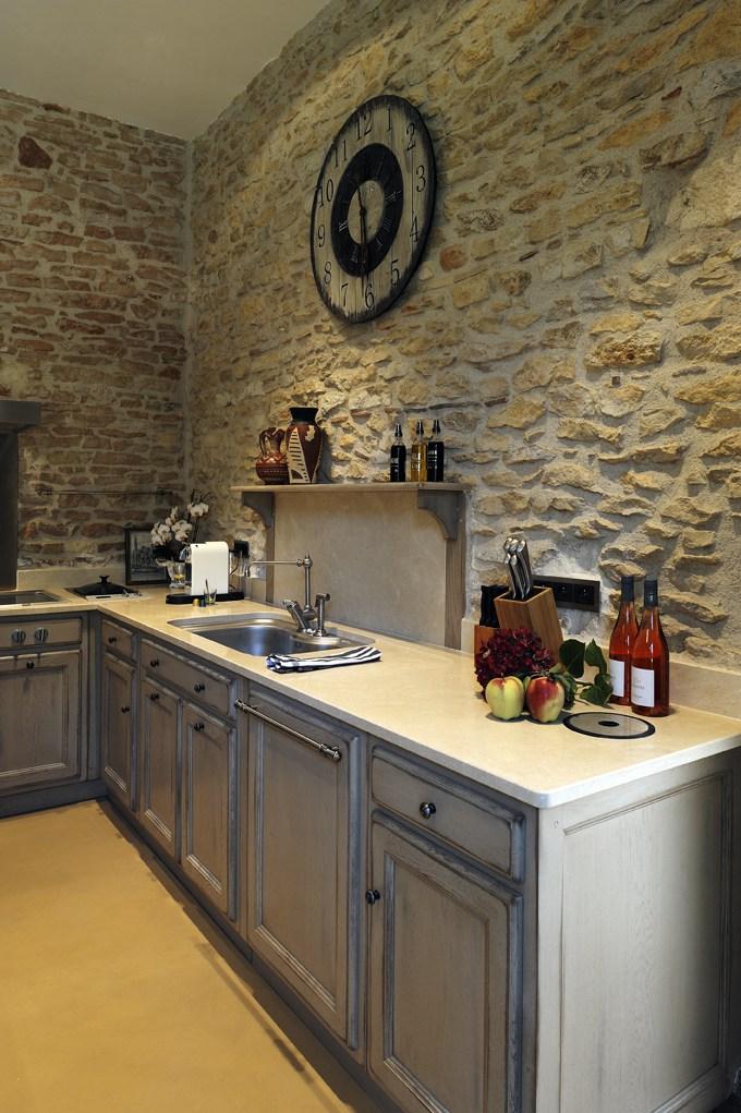 zoom sur le plan de travail en pierre naturelle. Black Bedroom Furniture Sets. Home Design Ideas