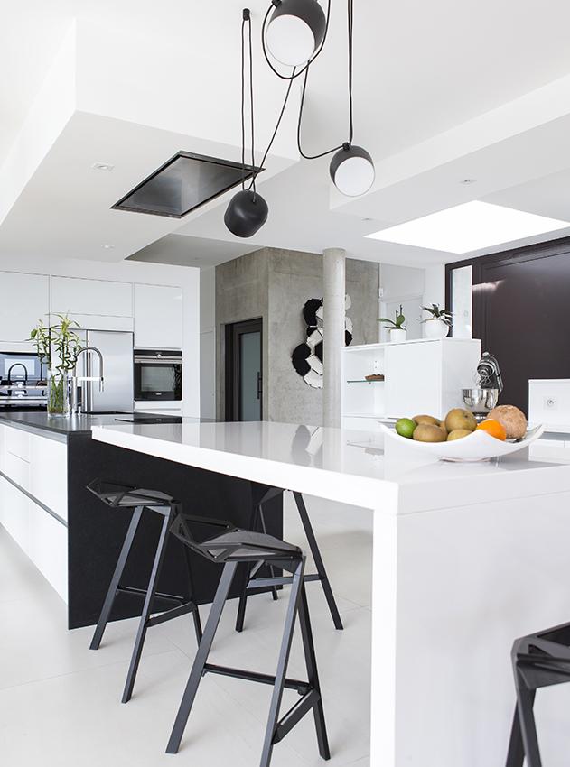 cuisine black and white cuisines et bains. Black Bedroom Furniture Sets. Home Design Ideas