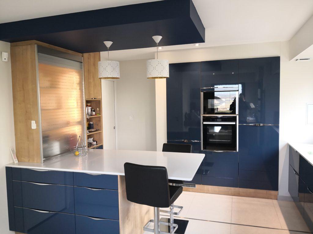 Peinture blanche, armoires de cuisine bleu. Cuisine bleu bois blanc quartz silestone verre étagère ...